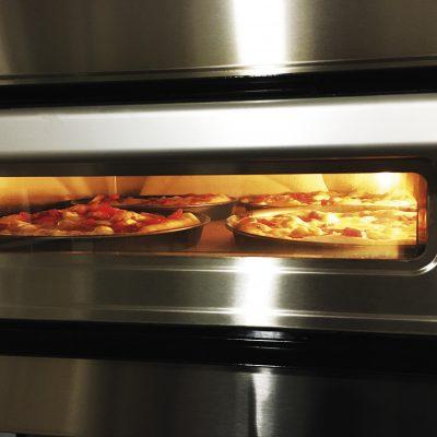 Pizza kemencénkben igazi olasz pizzát sütünk.